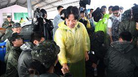 行政院長賴清德29日視察嘉義新十全駕訓班附近淹水水退情形。(圖/行政院提供)