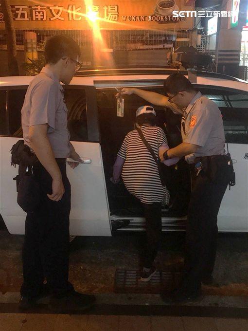 瘖啞老嫗無車搭 暖警協助送回家/警方提供