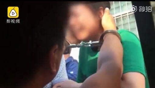 男隱瞞殺人犯身分結婚生子,15年後被逮妻子崩潰。(圖/翻攝梨視頻)