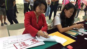 范雲攜帶違憲看板赴選委會登記