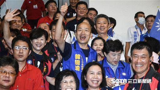 國民黨高雄市長參選人韓國瑜受到支持者熱烈歡迎。 (圖/記者林敬旻攝)