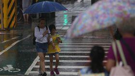 放學下大雨午後對流旺盛,30日午後台北市區天色陰暗並下起大雨,適逢開學日,民眾撐著雨傘到學校接小朋友下課。中央社記者吳家昇攝 107年8月30日