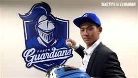 選秀狀元戴培峰和富邦悍將完成簽約。(圖/富邦悍將提供)