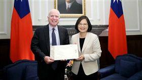總統蔡英文2016年6月出席接見美國聯邦參議院軍事委員會馬侃(John McCain)主席訪問團。(圖/總統府提供)