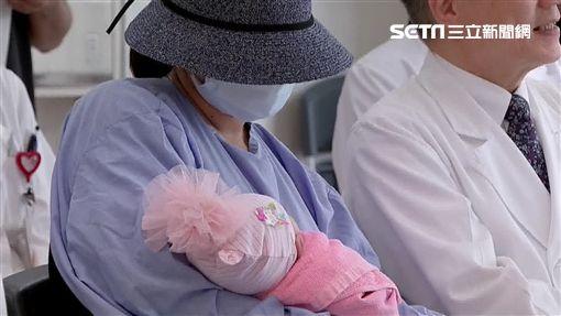 一名剛出生21天的越南何姓女嬰因高燒不退,被家人送往北榮檢查,結果發現女嬰全身的血異常黏稠,血液呈現「煉乳」色,三酸甘油脂還超過正常值的百倍。所幸女嬰經過36小時換血,成功保住性命。