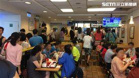 麥當勞(台北考試院店)大麥克缺貨,改採其它漢堡類買一送一。(圖/記者吳禹慶攝)