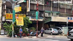 板橋房市,工人,廣告,發傳單。(圖/記者蔡佩蓉攝影)
