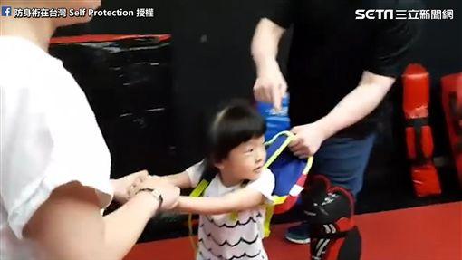 教練教孩子如何脫包防身。(圖/翻攝自防身術在台灣 Self Protection臉書)