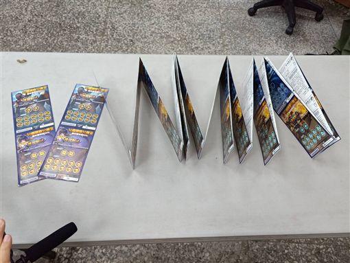 ▲42張刮刮樂彩卷(價值新台幣8400元)。(圖/自基隆市警察局第一分局提供)