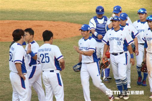 ▲內野手吳智煥賽後與韓國隊隊友擊掌。(圖/記者蕭保祥攝影)