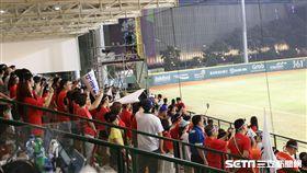 ▲引尼台灣僑胞湧進GBK球場幫台灣中華隊加油。(圖/記者蕭保祥攝影)