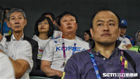 ▲韓國隊專任監督宣銅烈現身球場看台日戰。(圖/記者王怡翔攝影)