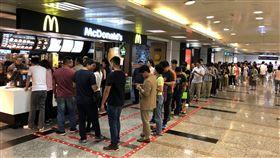 大麥克買一送一  速食店爆人潮為慶祝台灣羽球選手戴資穎亞運摘金,速食店麥當勞31日推出單點大麥克買一送一活動,吸引大批人潮排隊購買。中央社記者吳家昇攝  107年8月31日