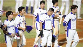 亞運棒球南韓首戰輸台灣 選手落寞2018雅加達亞運棒球項目26日起點燃戰火,晚間中華隊以2比1擊敗南韓隊(圖)拿下首勝,南韓選手賽後離場時神情落寞。中央社記者張新偉雅加達攝 107年8月26日