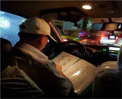 正港「老司機」翻地圖找路 網不捨:鼻子酸酸的 圖/翻攝自臉書