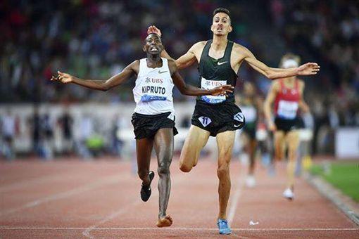 肯亞選手基普魯托(Conseslus Kipruto)掉鞋仍奪冠/Conseslus Kipruto臉書