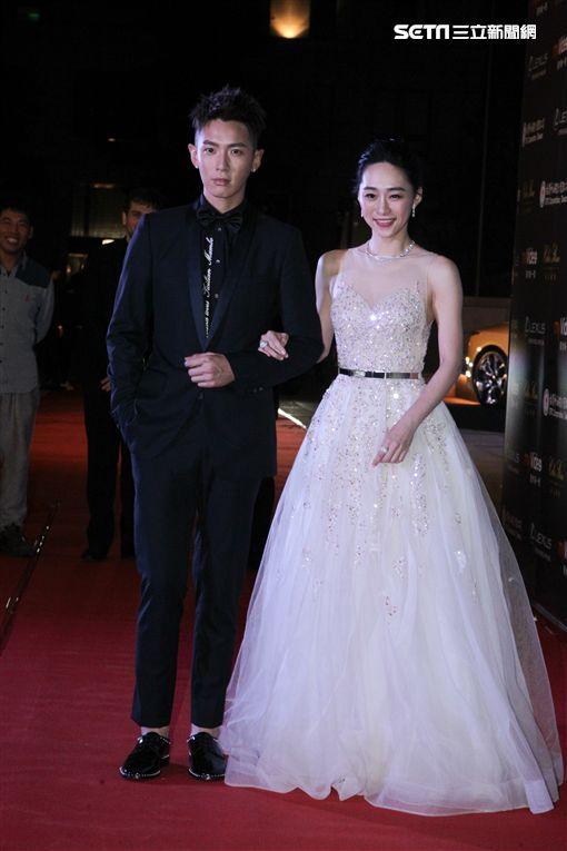 《再見瓦城》男、女主角柯震東與吳可熙步入紅毯。(圖/翻攝自myVideo)