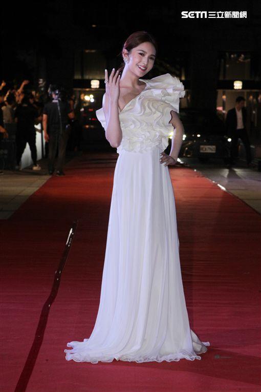 楊丞琳一襲白色多層次波浪造型禮服現身紅毯。(圖/記者邱榮吉攝影)