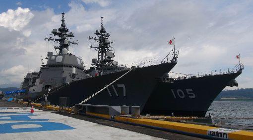 日護衛艦涼月號及電號日本海上自衛隊有「準航母」之稱的加賀號護衛艦,1日在秋月級護衛艦涼月號及村雨級護衛艦電號的護航下,抵達前美國海軍基地蘇比克灣。左為涼月號、右為電號。中央社記者林行健蘇比克灣攝 107年9月1日