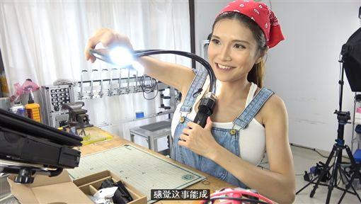 影/「車頭燈」沒用錯!爆乳工程師自製發光馬甲超吸睛圖/翻攝自Naomi 'SexyCyborg' Wu YouTubehttps://www.youtube.com/watch?v=a929IRtg4YU