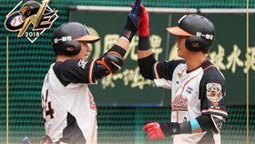 羅國龍(右)揮出全壘打後,接受隊友祝賀。(圖/翻攝自統一獅官方粉絲團臉書)