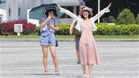 全台持續高溫炎熱(1)中央氣象局表示,7日各地天氣晴朗,部分地區可能出現攝氏36度以上高溫,提醒民眾外出時應注意防曬並適時補充水分。中央社記者謝佳璋攝 107年8月7日