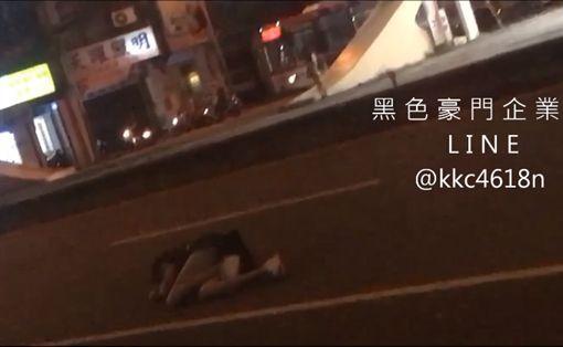 女子不滿男友騙上班結果去喝酒,氣到躺馬路發洩情緒。(圖/翻攝黑色豪門企業)