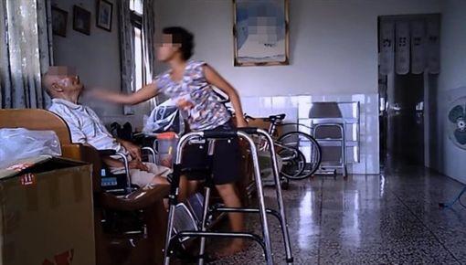 外籍看護狂虐80歲老翁!飛踢巴頭「他無力反抗」 監視器畫面超心痛。(圖/翻攝爆料公社)