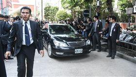 行政院長賴清德於立法院後面接受採訪並在警力維安下離開。 圖/記者林敬旻攝