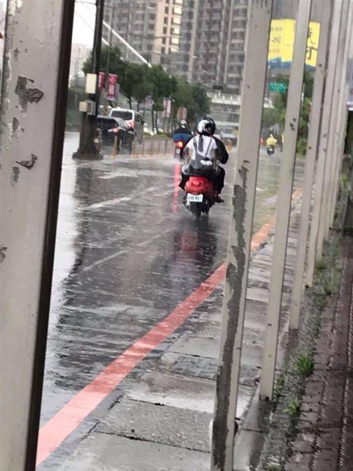 夫妻外出淋成落湯雞,遇到暖男騎士送雨衣。(圖/翻攝爆廢公社)