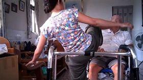 踹人,虐待,老人,外籍看護,印尼看護(圖/翻攝自爆料公社臉書))