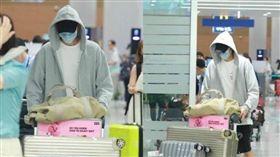 金宇彬度假結束返韓現身仁川機場,看似身體狀況不錯。(圖/翻攝自韓網)