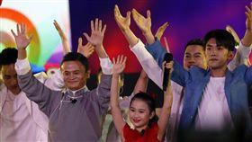 雅加達亞運閉幕式,馬雲、易烊千璽。(圖/美聯社/達志影像)