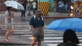 對流旺盛 大台北地區午後大雨(2)午後對流旺盛,台北市區30日午後降雨,雨勢不小,街上有民眾未攜帶雨具,乾脆慢慢走讓雨淋。中央社記者吳家昇攝 107年8月30日