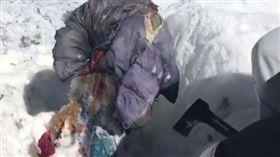 俄羅斯一名36歲女子巴斯基納(Elena Basykina),在1987年登山時遇到雪崩失蹤。日前有登山客意外發現一具如同木乃伊的屍體,屍體經確認後,證實是巴斯基納。巴斯基納的親戚感慨地說「我們等她30年了!」(圖/翻攝自dailystar.co.uk)
