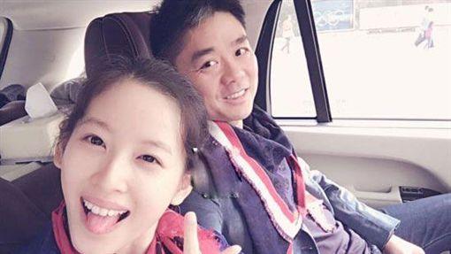 京東商城CEO劉強東跟老婆「奶茶妹妹」章澤天。(翻攝微博)