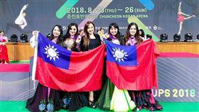 創舞極致舞團8月25日手持我國國旗,於IDO世界盃舞蹈大賽領獎,翻攝自「創舞極致CharmBellydance」臉書