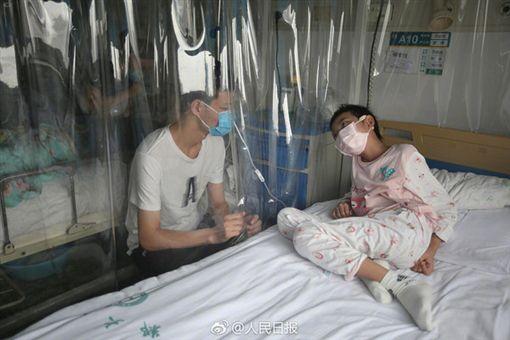 16歲少年打工賺白血病妹妹醫藥費/翻攝自人民日報微博
