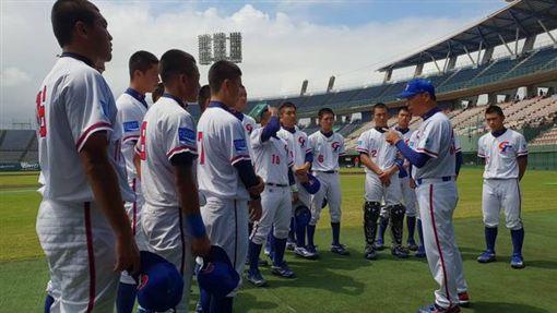 ▲總教練李來發在賽後對球員精神講話。(圖/中華棒協提供)