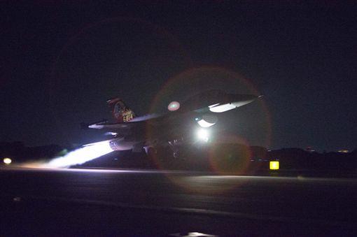 總統蔡英文臉書PO出16戰機起飛的畫面。(圖/軍聞社提供)