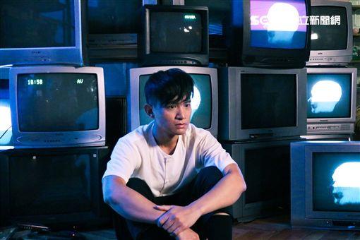 卓義峯〈人格分裂〉MV照圖/豐華唱片提供