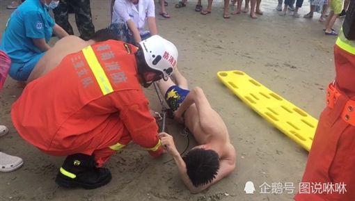 男被魟魚刺中GG 救援人員一刀剪斷 圖/翻攝自騰訊網