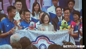 總統蔡英文4日上午在總統府接見參加雅加達亞運的中華代表隊。(圖/翻攝自直播畫面)