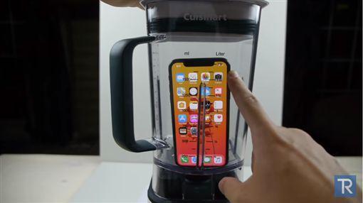他打爛iPhone X…吸入「暗黑碎屑」秒吐 網傻眼:蘋果汁嗎▲圖/翻攝自YouTube