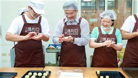 林佳龍與太太齊做月餅 促銷社福中秋禮盒
