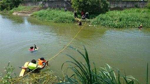 撒網,溪邊,補魚,夫妻,新竹(翻攝畫面)