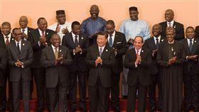 中國1.8兆金援非洲  網民怒批微博禁評中國國家主席習近平3日宣布向非洲提供約新台幣1.8兆元的援助、貸款及投資,引發大陸網民批評並質疑「打腫臉充胖子」,相關新聞在微博被禁止評論。圖為3日中非合作論壇北京峰會開幕,習近平與非洲各國代表合影。(中新社提供)中央社  107年9月4日