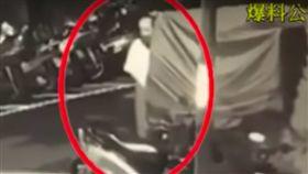 黃翁當街打手槍的過程被人拍下後上傳至爆料公社(翻攝自《爆料公社》)