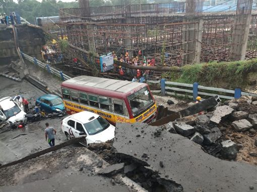 印度高架橋斷!傳5人喪生15人受困印度,高架橋,斷裂翻攝自推特