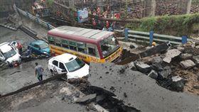 印度高架橋斷!傳5人喪生15人受困 印度,高架橋,斷裂 翻攝自推特